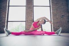 Портрет ее она славная привлекательная прелестная очаровательная sportive сфокусированная дама нося розовые одежды покрывает гнут стоковое изображение