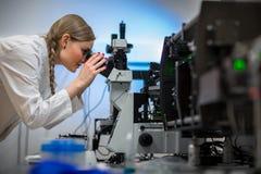Портрет женского исследования приведения в исполнение исследователя в химической лаборатории стоковое изображение