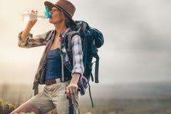 Портрет женской питьевой воды hiker стоковое фото rf