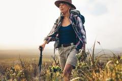 Портрет женщины на trekking экспедиции стоковая фотография