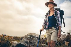 Портрет женщины на trekking экспедиции стоковая фотография rf