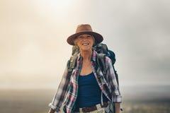 Портрет жизнерадостной старшей женщины в шляпе стоковое изображение rf