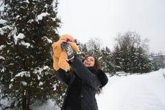 Портрет зимы внешний беременной женщины в модных одеждах стоковые изображения rf