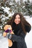 Портрет зимы внешний беременной женщины в модных одеждах стоковая фотография