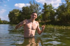 Портрет красивого молодого человека в воде стоковое фото