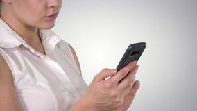 Портрет красивой женщины используя смартфон, канал альфы сток-видео