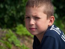 Портрет мальчика который жмурится от солнца стоковые фото