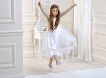 Портрет милой маленькой девочки на белых платье и венке на первых воротах церков предпосылки святого причастия стоковые изображения