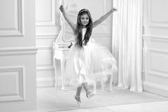 Портрет милой маленькой девочки на белых платье и венке на первых воротах церков предпосылки святого причастия стоковые фото