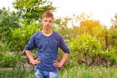 Портрет молодого парня на естественной зеленой предпосылке стоковые фото