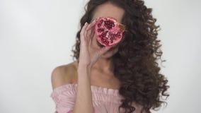 Портрет молодой красивой девушки с творческим составляет покрывать сторону с гранатовым деревом после начатой рамки видеоматериал