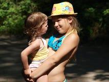 Портрет 2 девушек на горячий летний день стоковая фотография