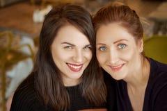 Портрет 2 друзей, счастливая улыбка женщины на стороне стоковые изображения rf