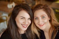 Портрет 2 друзей, счастливая улыбка женщины на стороне стоковое изображение rf