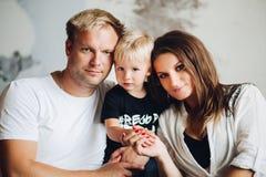 Портрет семьи жизнерадостных родителей и милого сына стоковые фотографии rf