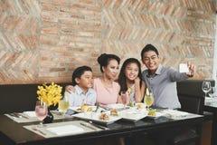 Портрет семьи на ресторане стоковое фото rf