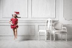 Портрет скача девушки нося шляпу santa стоковое фото rf
