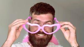 Портрет смешного человека битника смотря камеру над серой предпосылкой Выражение и концепция людей - человек со смешным сток-видео