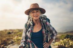 Портрет старшей женщины в шляпе стоковое изображение