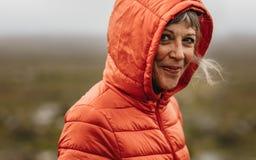 Портрет старшей женщины нося с капюшоном куртку стоковое изображение rf