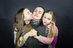 Портрет студии любящих матери и дочери, нежно и сильно обнимающ и держащ руки стоковые изображения