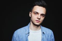 Портрет стороны молодого человека в низком ключе стоковая фотография