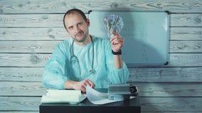 Портрет счастливого мужского доктора Holding Бумажных денег акции видеоматериалы