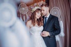 Портрет счастливого молодого жениха и невеста в классическом интерьере около уловителей мечты День свадьбы, тема любов Первый ден стоковое фото rf