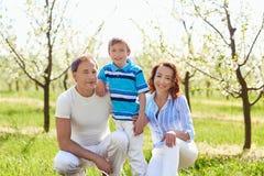 Портрет счастливой семьи в парке лета стоковая фотография