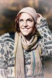 Портрет усмехаясь женщины в снеге стоковое изображение rf