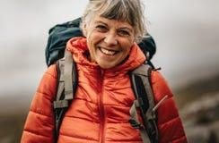 Портрет усмехаясь женщины на пешем отключении стоковые изображения