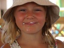 Портрет усмехаясь девушки запятнанной с мороженым стоковое фото rf