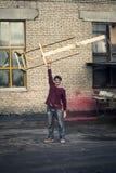 Портрет художника который делает этот мольберты в его студии стоковые фото