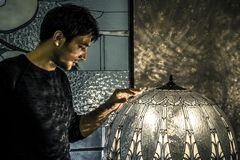 Портрет художника который делает этот мольберты в его студии стоковое фото rf