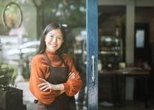 Портрет рисбермы и стоять официантки девушки нося во фронте стоковое изображение rf