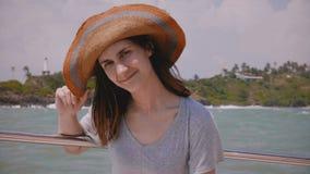Портрет образа жизни конца-вверх счастливой молодой красивой туристской женщины усмехаясь, представляя на плавать отклонение яхты сток-видео