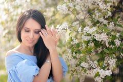 Портрет Outdoors женщины весны наслаждаясь зацветая сезоном стоковые изображения