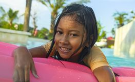 Портрет outdoors образа жизни молодой счастливой и милой девочки имея потеху с airbed раздувным в плавании курорта праздников стоковое фото