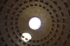 ПаÐ-½ Ñ 'Ð?Ð ¾ Ð ½ РиР¼ ÐºÑ€Ñ ‹ÑˆÐ° Ð ² Ð ½ уÑ-'ри Ð ² Ð¸Ð Ñ  Ð ½ изу, Pantheon-Rom-Dachinnenansicht von unterhalb Stockbilder