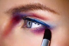 ПMake-επάνω στη applaying σκιά ματιών χρώματος καλλιτεχνών με τη βούρτσα κινηματογράφηση σε πρώτο πλάνο π Στοκ Εικόνες