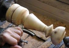 Ðœan rectifie un chandelier en bois sur un tour images libres de droits