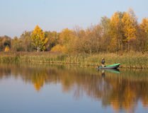ÐžÑ  tober 31日2015年-布雷斯特,白俄罗斯:一个人从小船钓鱼 免版税库存图片