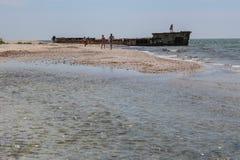 Оld statek, wyrzucać na brzeg morze Azov Zdjęcia Stock
