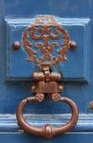 Оld uma aldrava de porta em uma porta da casa em Paris imagens de stock royalty free