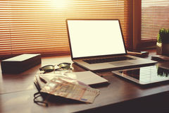Оpen有白色空白的拷贝空间屏幕的便携式计算机对于文本信息或内容 免版税库存图片