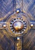 Оrnament decorativo, primer de los elementos forjados de la puerta fotos de archivo