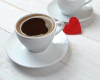 """Ð"""" zwei Tasse Kaffees und ein Herz ‡ ашки кРÐ-² е Ñ ¾ Ñ """" Ð?Ñ€Ð'Ð?Ñ Ðµ и Ñ ‡ кР¾ Lizenzfreies Stockbild"""