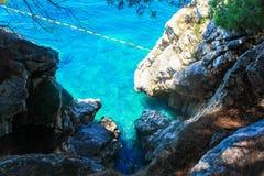 Ð•μπλε αδριατική θάλασσα και άσπροι βράχοι είναι διαποτισμένος στοκ εικόνα