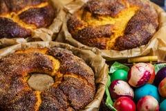 Ð•astereieren met Pasen-cake Stock Afbeeldingen