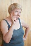 Ð•lderly bedreigt de vrouw u vinger royalty-vrije stock foto's